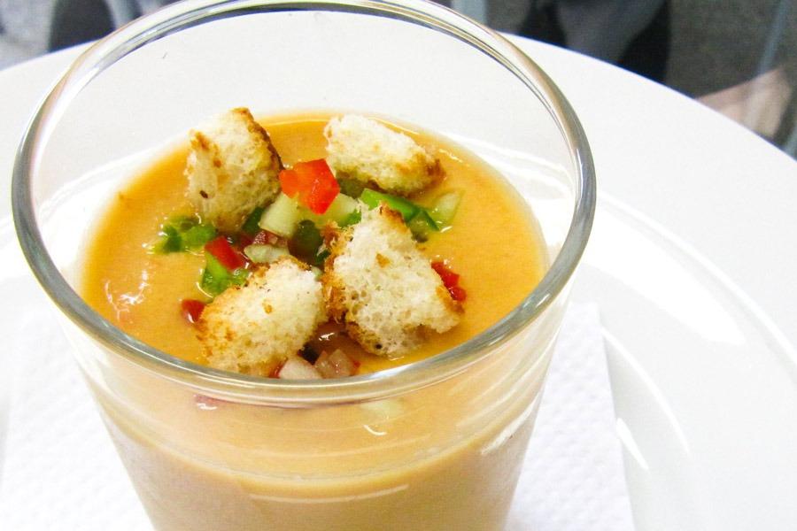 Gazpacho, sopa Fria de Tomate e Pepino servido em copo por PratoFundo.com