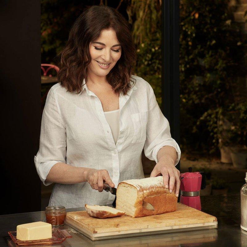 Nigella cortando pão.