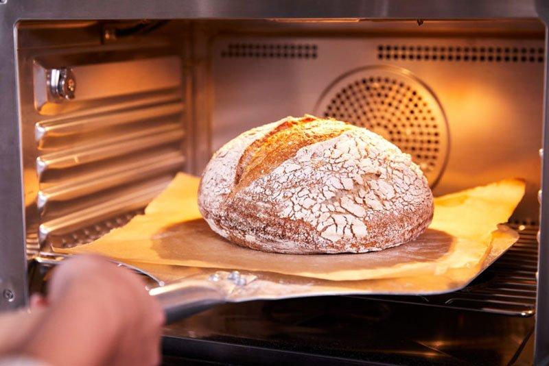 Pão assado sendo retirado do forno Anova Precision Oven