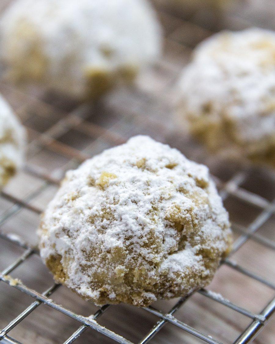 Biscoito de amendoim coberto de açúcar sobre uma grade