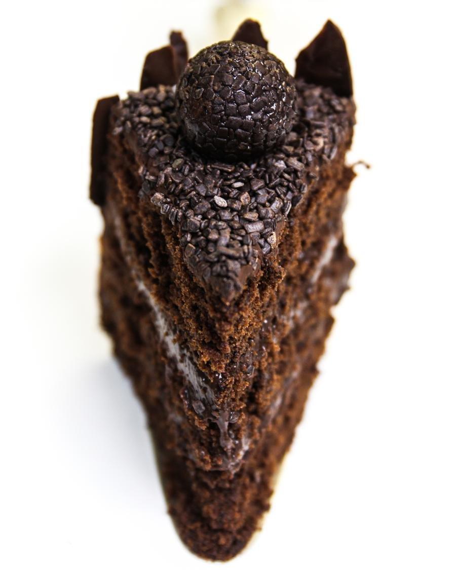 fatia de bolo de brigadeiro