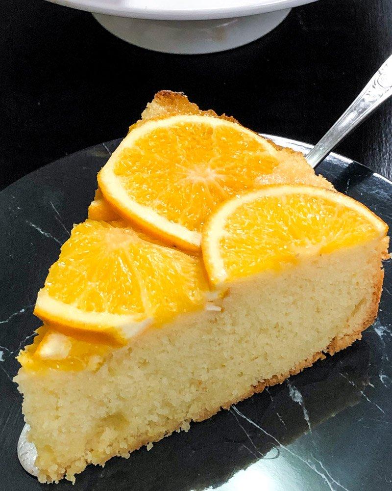 Fatia de bolo de laranja sobre um prato.