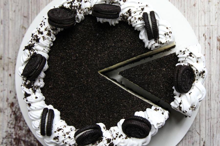 Cheesecake de Oreo fatiado visto de cima