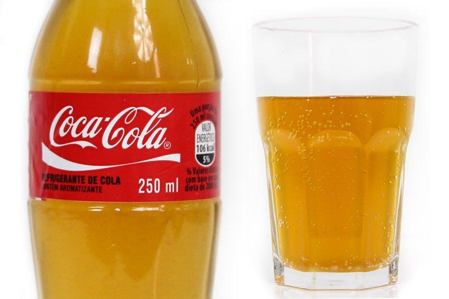 Coca-cola caseira em um copo e garrafa
