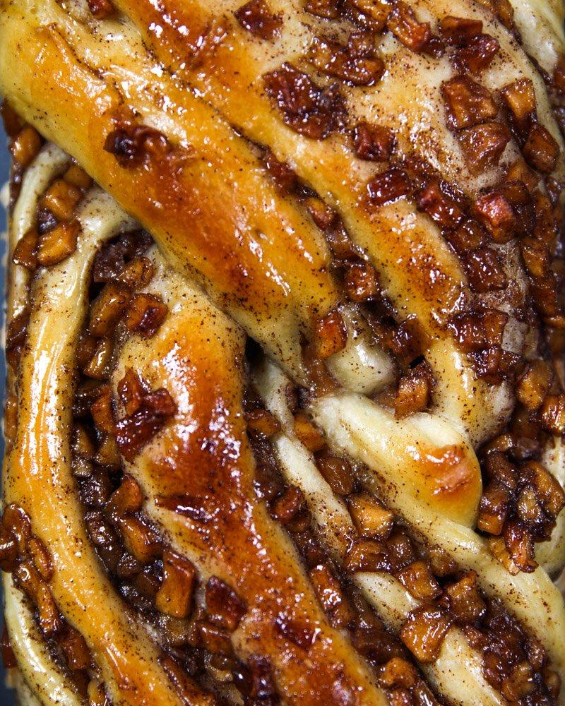 Pão doce recheado com maçã, variação vegana, visto bem de perto.