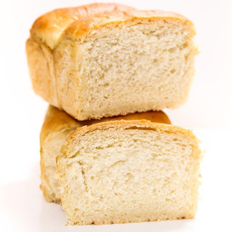 Pão tradicional cortado mostrando o miolo.