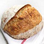 Pão redondo inteiro sobre uma toalha