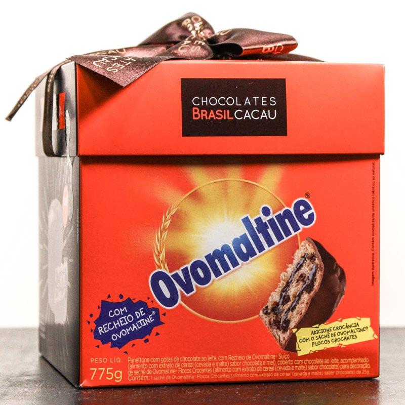 Caixa do Panettone Ovomaltine Chocolates Brasil Cacau sobre uma mesa.