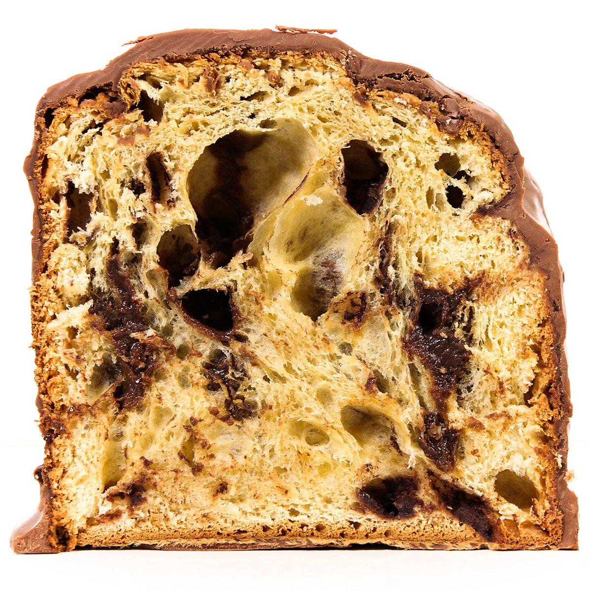 Panettone Ovomaltine Chocolates Brasil Cacau cortado no meio mostrando o interior.