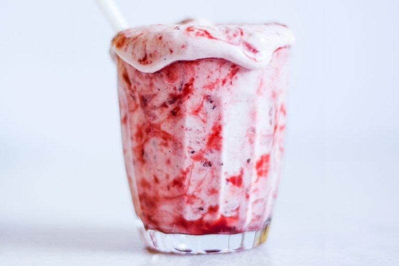 Sorvete de Morango mesclado dentro de um copo por PratoFundo.com