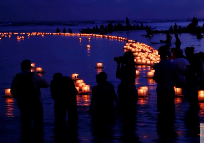 Al finalizar la festividad estas lámparas son puestas en el río para guiarlos de vuelta.