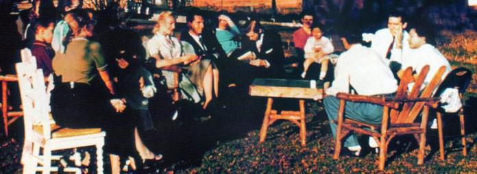 Abril de 1957. Reunión en el patio de de la casa de Howard Menger, en High Bridge, Nueva Jersey. En el centro, escribiendo, Val Thor.