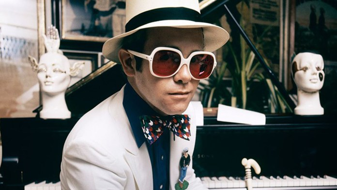 Elton (después del dato de su nombre artístico)