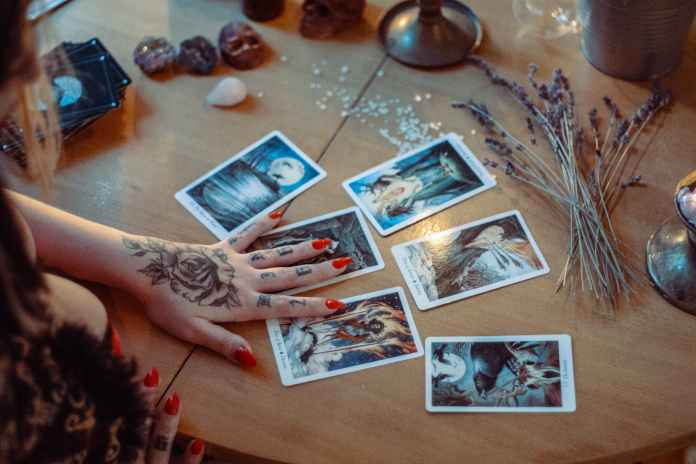 tarot, funciona, que es, magia, esoterismo, existencia, brujeria, cartas, eventos, circunstancias, protección, guía