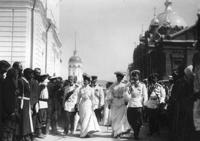 Народ приветствует Императорскую фамилию в Саровском монастыре