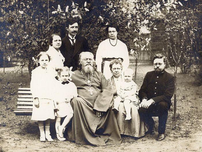 Семья на прогулке на Страстном бульваре в мае 1914 года: сщмч. Неофит Любимов и его супруга матушка Мария (у нее на руках внук Константин) сидят в центре, мч. Николай Варжанский стоит, рядом с ним (первая слева) – его супруга Зинаида Неофитовна