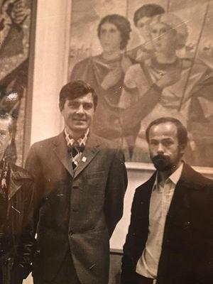 На открытии выставки, посвященной 1000-летию Крещения Руси. Рядом со своей работой «Три воина»