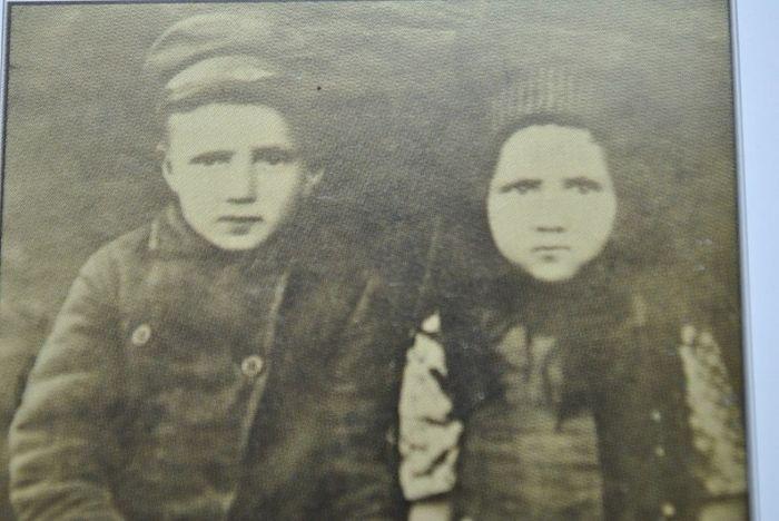 Маленький Яков с сестренкой Катериной