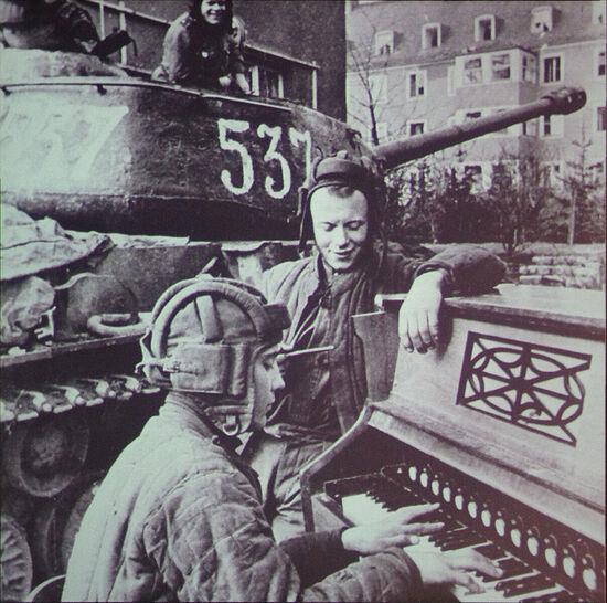 27 апреля 1945 г. Бреслау, экипаж танка ИС-2 лейтенанта Дегтярева. Фото Анатолий Егоров