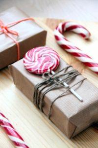 упаковка новогодних подарков сладостями