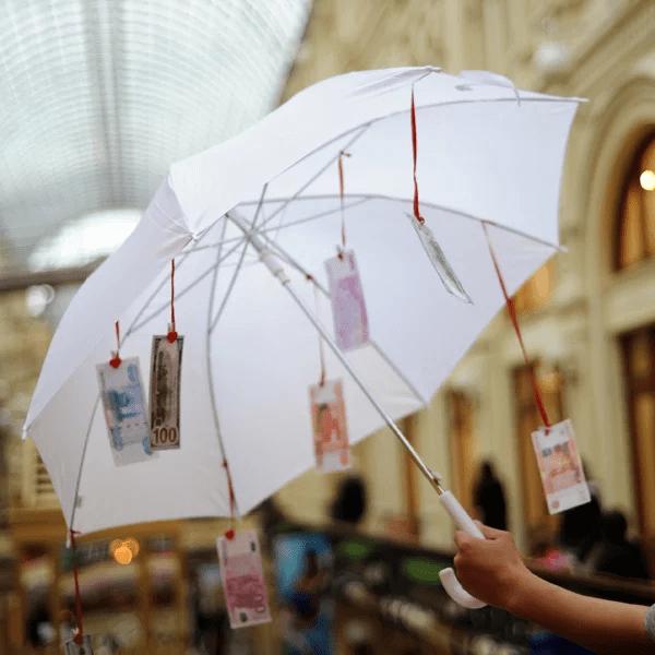 поздравления с днем рождения с зонтиком и деньгами человека