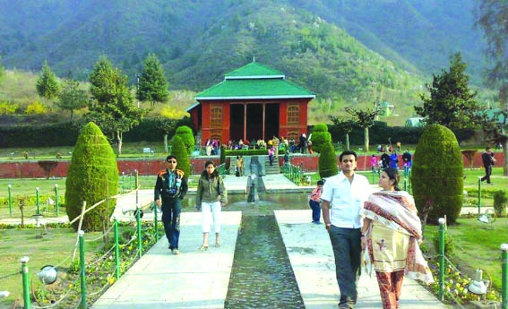 Unmindful of travel advisories, South-East Asia tourists keep their date with Kashmir