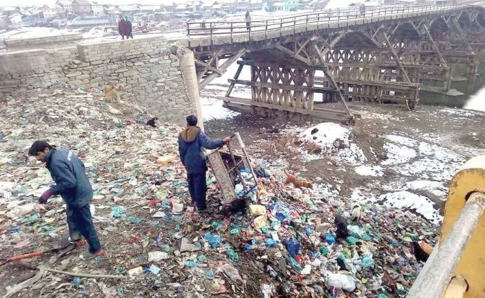 Garbage dumping at Jhelum banks goes unabated, authorities in slumber