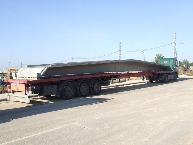 Foto de camión transportando una viga tégolo