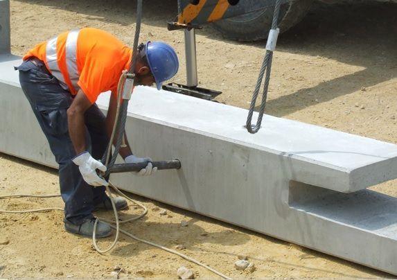 foto de trabajador colocando el bulón de izado de un pilar
