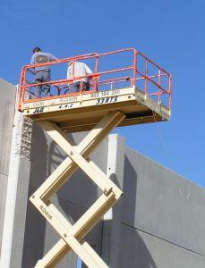 Foto de operarios trabajando desde plataforma de tijera