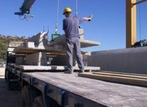 Ayudante de carga de pesado en carga de muros. Parte del equipo de carga de patio
