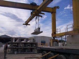 Foto de carga de muros con pórtico móvil. Maquinaria de patio en una empresa prefabricada