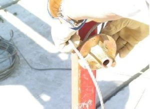 foto de detalle colocacion de cable en poste corta