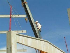 Foto de operario montando correas atado a línea de vida corta