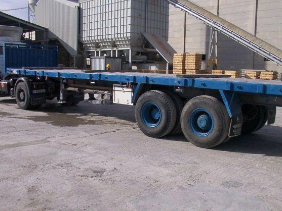 foto de camión remirremolque con plataforma. Uno de los transportes para prefabricado más habituales