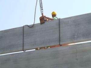 foto retirando la pinza montando cerramientos verticales con placas alveolares