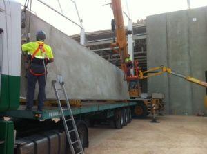 foto de operarios enganchando panel vertical para montaje