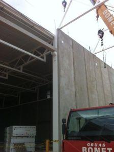 foto de panel en posición definitiva en fachada