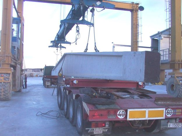 Portico móvil en la operación de cargar una viga doble pendiente