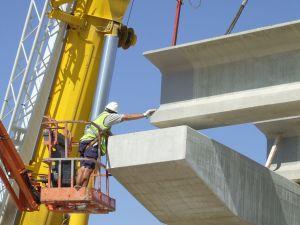 Montaje de vigas prefabricadas para puente