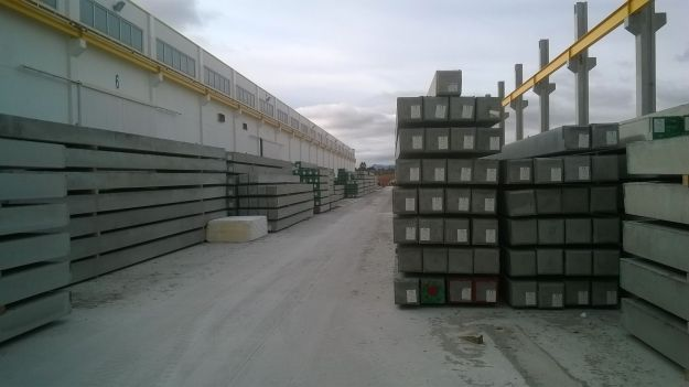 Acopio de pilotes prefabricados de hormigón en la fábrica de TRABIS (Yecla)
