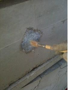 Aplicando resina de unión. Parte del proceso de realizar una reparación tipo A de una pieza prefabricada