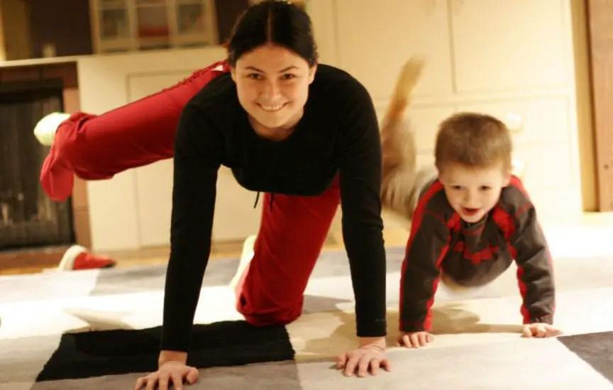 mamá e hijo entrenando