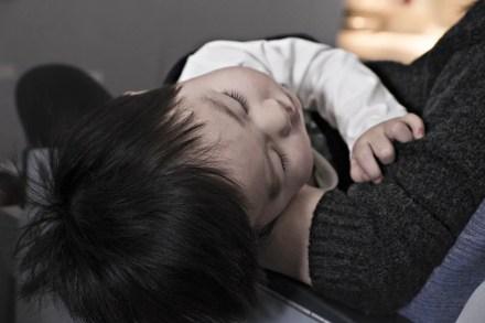 Bebe dormido en brazos d esu madre