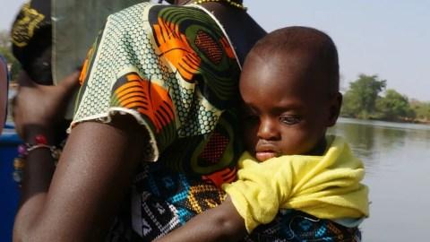 Mujer cargando a su bebe