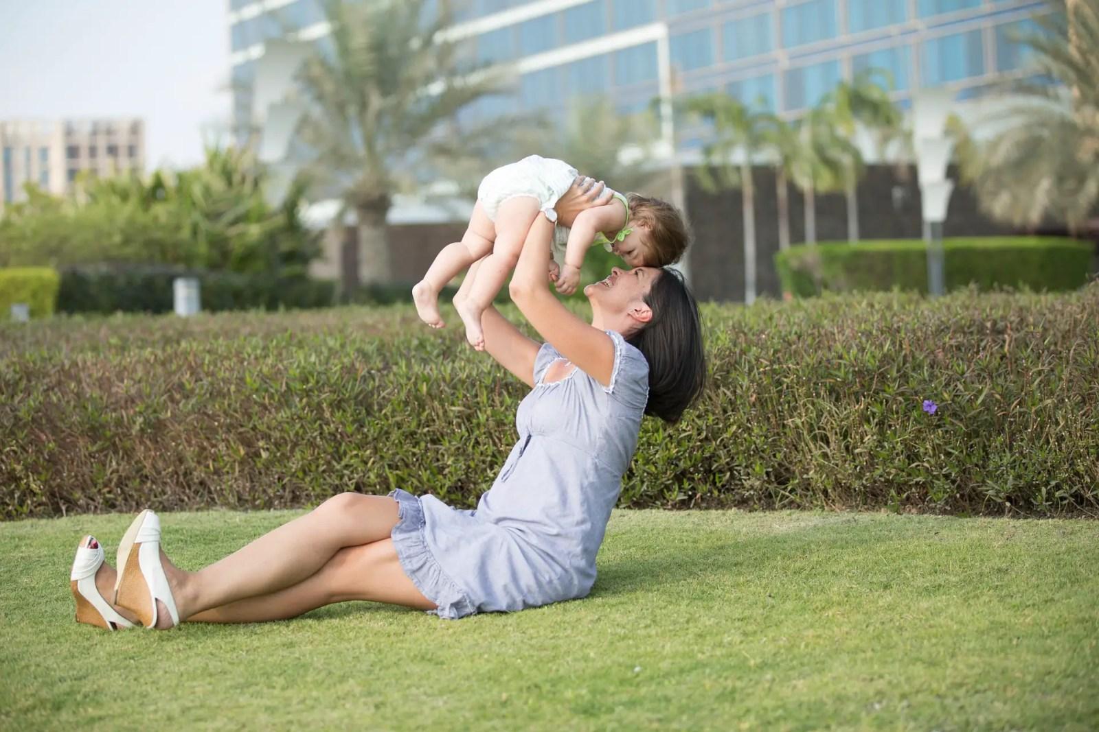 Una mama disfrutando con su hijo pequeño