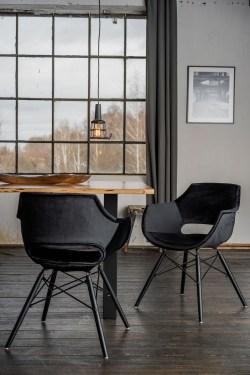 KAWOLA Essgruppe 5-Teilig mit Esstisch Baumkante nussbaumfarben Fuß schwarz 160x85cm und 4x Stuhl ZAJA Velvet schwarz