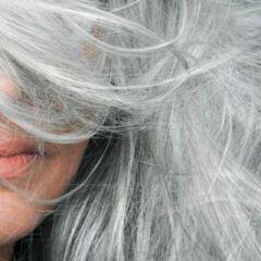 """""""Grombre"""" – тренд кој ја слави седата коса"""