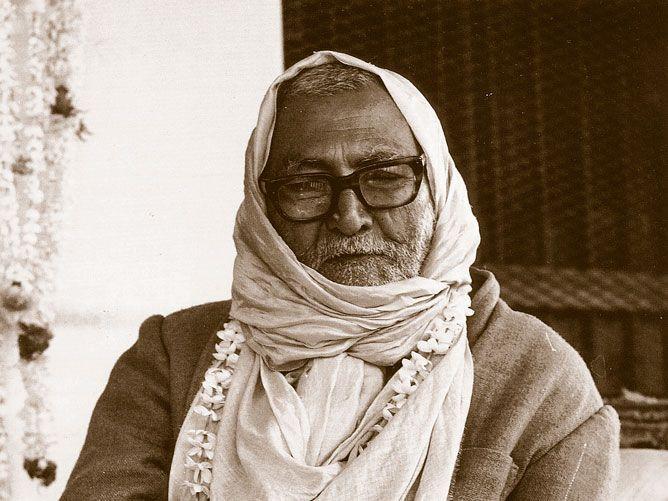 Srila-Sridhar-Maharaj-Instructing-(B&W)