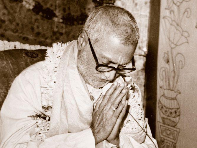 Srila-Sridhar-Maharaj-Praying